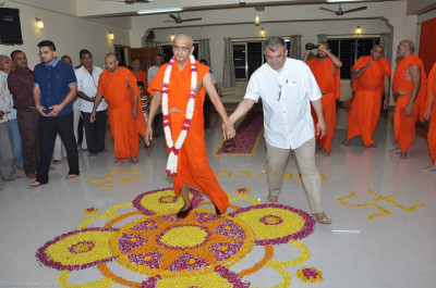 Disciples escort His Divine Holiness Acharya Swamishree to the mandir