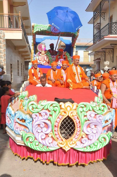 Divine darshan of Lord Shree Swaminarayan, Acharya Swamishree and sants seated on the magnificent float