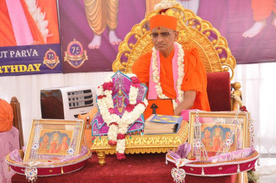Divine darshan of Shree Harikrishna Maharaj and His Divine Holiness Acharya Swamishree