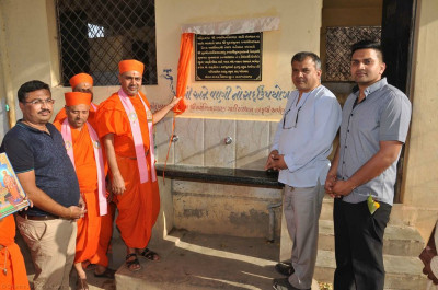 Sants unveil a plaque where disciples have donated a reverse osmosis plant to purify and supply clean water to the girls school