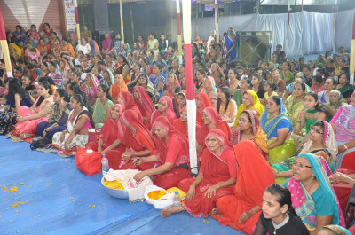 Sankhya Yogi ladies and hundreds of disciples enjoy the celebrations