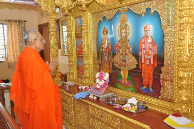 His Divine Holiness Acharya Swamishree performs the anniversary poojan ceremony
