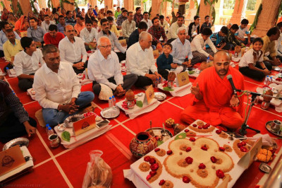 Disciples perform poojan ceremony to please Lord Shree Swaminarayan on the occasion of the 75th anniversary celebrations of His Divine Holiness Acharya Swamishree