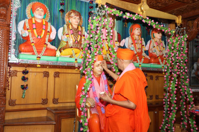 Acharya Swamishree performs poojan to Jeevanpran Swamibapa at Shree Swaminarayan Tower