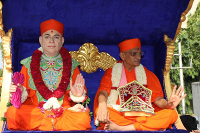 Divine darshan of Jeevanpran Swamibapa and Acharya Swamishree Maharaj