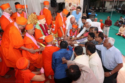 Acharya Swamishree Maharaj, sants and disciples perform panchamrut snan