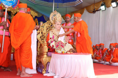 Acharya Swamishree Maharaj continues the ceremony