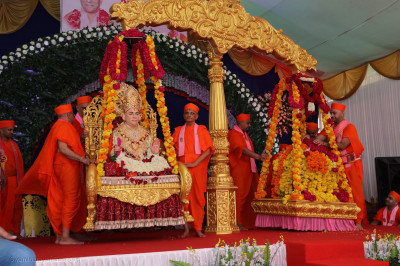 Divine darshan of Jeevanpran Swamibapa being weighed against flowers