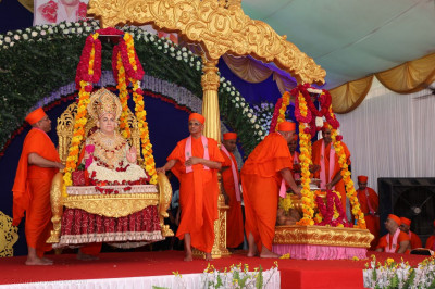 Divine darshan of Jeevanpran Swamibapa being weighed against various items