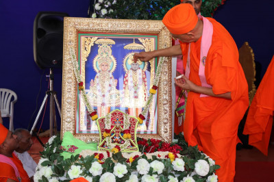 Acharya Swamishree Maharaj performs poojan to Lord Swaminarayan and Jeevanpran Bapashree