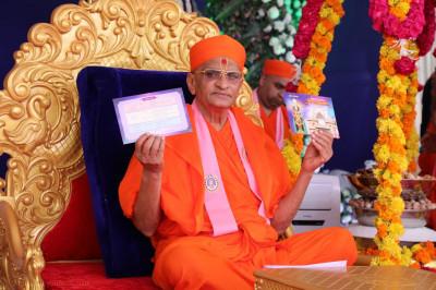 Acharya Swamishree Maharaj inaugurates the Delhi Mandir invitation