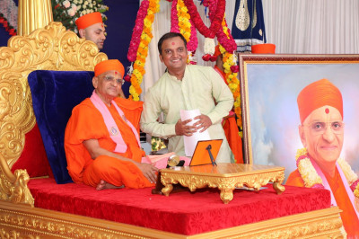 Acharya Swamishree Maharaj gives darshan to the painter