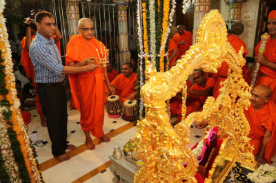 His Divine Holiness Acharya Swamishree, sants and disciples perform aarti