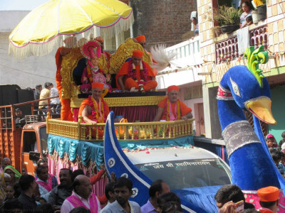Divine darshan of Lord Shree Swaminarayan and Acharya Swamishree seated on the float