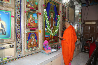 His Divine Holiness Acharya Swamishree performs the poojan ceremony