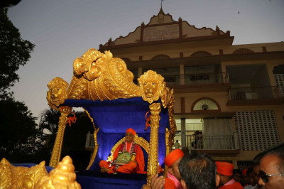Divine darshan of Acharya Swamishree seated on the golden chariot in the grounds of Shree Swaminarayan Mandir Vadodara