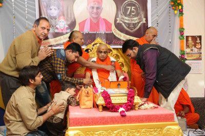 Disciples offer a huge garland to His Divine Holiness Acharaya Swamishree