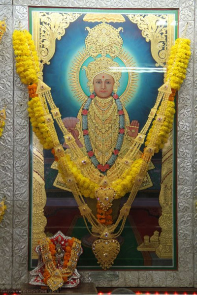 Divine darshan of Lord Shree Swaminarayan and Shree Harikrishna Maharaj