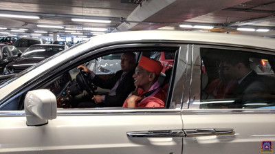 Divine darshan of His Divine Holiness Acharya Swamishree leaving the airport