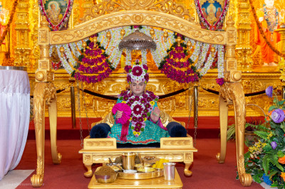 Divine darshan of Jeevanpran Shree Abji Bapashree seated on the charming golden swing dining on an evening dish