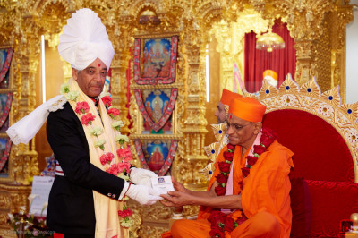 Acharya Swamishree Maharaj presents prasad to Lord Lieutenant Sir Kenneth Olisa OBE, Her Majesty's representative for Greater London