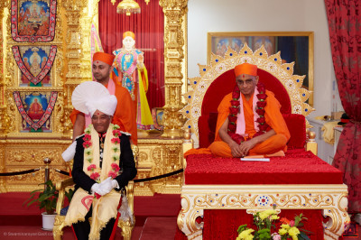 Divine darshan of Acharya Swamishree Maharaj with Lord Lieutenant Sir Kenneth Olisa OBE, Her Majesty's representative for Greater London
