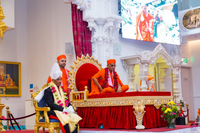 A short video is shown detailing some of the numerous charitable causes that Shree Swaminarayan Gadi Sansthan Maninagar takes active parts in
