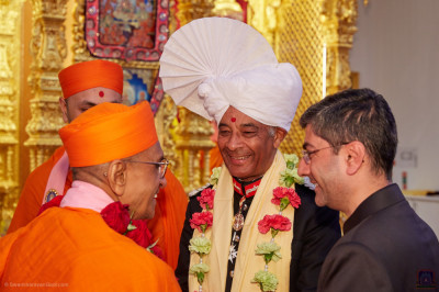 Acharya Swamishree Maharaj blesses Lord Lieutenant Sir Kenneth Olisa OBE, Her Majesty's representative for Greater London