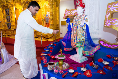 The Maharaj of Shree Swaminarayan Mandir Kingsbury performs the bathing of the Lord in the five nectars