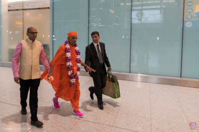 Disciples escort His Divine Holiness Acharya Swamishree