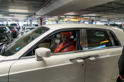 Divine darshan of His Divine Holiness Acharya Swamishree seated in the Rolls Royce