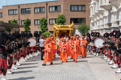 Shree Muktajeevan Swamibapa Pipe Band London perform as His Divine Holiness Acharya Swamishree and sants walk towards the umbrella housing the Lord's divine lotus feet