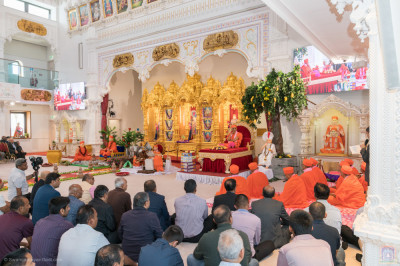 Disciples fill the mandir