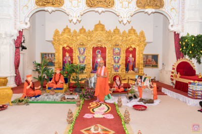 Divine darshan of His Divine Holiness Acharya Swamishree with the wonderful scene detailing the history of the establishment of Shree Swaminarayan Mandir Maninagar