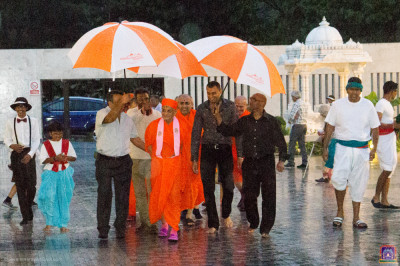 Disciples escort His Divine Holiness Acharya Swamishree back to the mandir