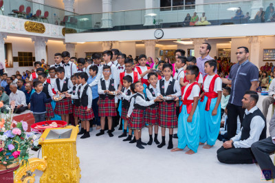 Students of Swamibapa Gujarati School offer aarti