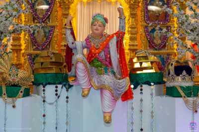Divine darshan of Lord Shree Swaminarayan surrounded by riches and wealth that forever remains ready to serve the Lord