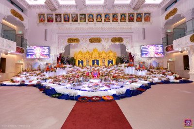 The entire annakut stretches into the mandir