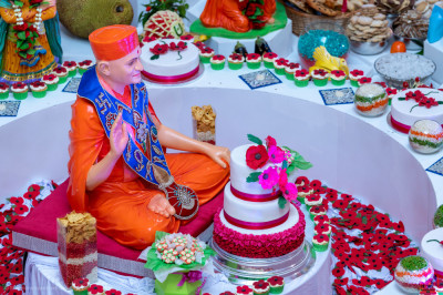 The poppy centre piece from which His Divine Holiness Acharya Swamishree showers His divine blessings