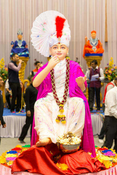 Divine darshan of Lord Shree Swaminarayan dining on pop corn after playing with colours