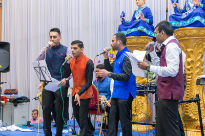 Disciples perform devotional songs live throughout the raas