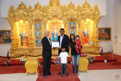 Director of Blood Donation (NHSBT) Mike Stredder presents the certificate and award to Muks Rabadia at Shree Swaminarayan Mandir Kingsbury