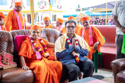 H.D.H Acharya Swamishree blesses the owner of Sahajanand Feeding Centre