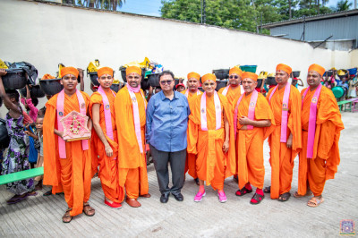 The owner of Sahajanand Feeding Centre pose for a group photo with H.D.H Acharya Swamishree and Sant Mandal