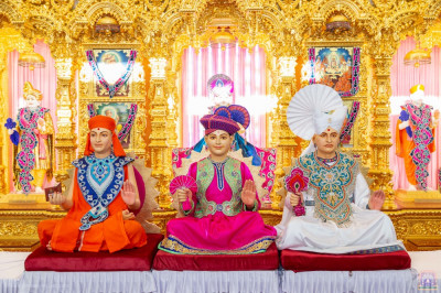 Divine darshan of Lord Shree Swaminarayan, Jeevanpran Shree Abji Bapashree and Sadguru Shree Gopalanand Swamibapa