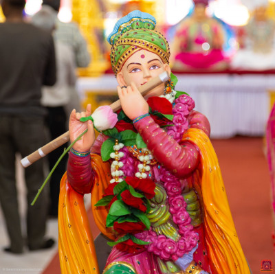 Divine darshan of the Lord playing a wooden flute