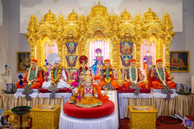 Divine darshan of the Lord and the Naad Vansh Guruparampara of Lord Shree Swaminarayan