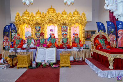 Divine darshan of the Lord and His divine Naad Vansh Guruparampara including His Divine Holiness Acharya Swamishree Maharaj