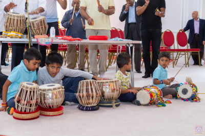 Young disciples perform tabla and dhool during dhoon
