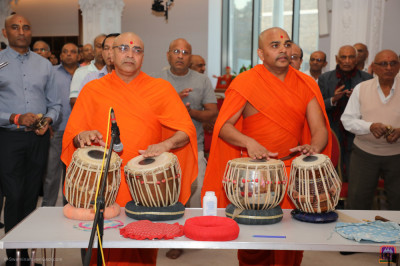 Sants perform tabla during dhoon